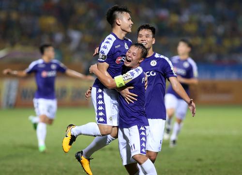 Quang Hải ăn mừng bàn thắng vào lưới SLNA trên sân Hàng Đẫy tối 7/4. Ảnh: Lâm Thỏa