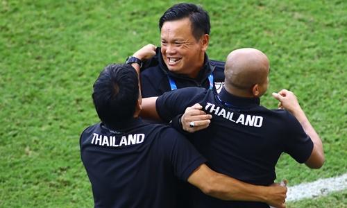 Sirisak (giữa) tiếp tục dẫn dắt tuyển Thái Lan.