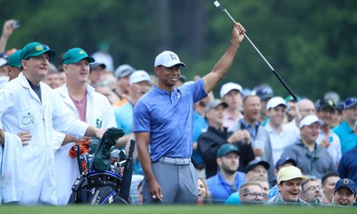 Woods nhận được sự quan tâm lớn từ công chúng, ngay từ khi mới đến sân Augusta, tập luyện chuẩn bị cho Masters 2019. Ảnh: Golfweek.