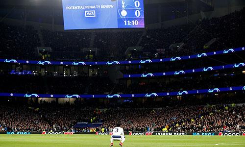 Danny Rose ngồi sụp xuống sân, chờ kết quả VAR khi để bóng chạm tay lúc đầu trận. Ảnh: Reuters.