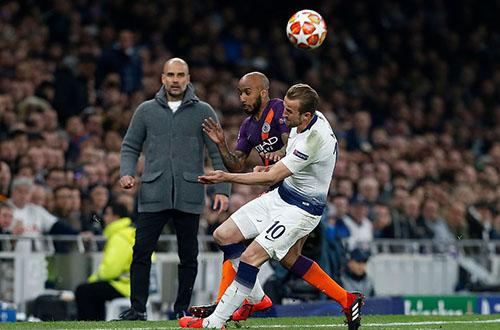 Tình huống dẫn tới chấn thương của Kane (số 10). Ảnh: AP.