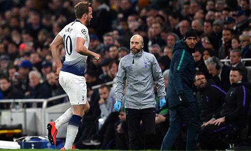 Kane rời sân đầu hiệp hai trận gặp Man City. Ảnh: AP.