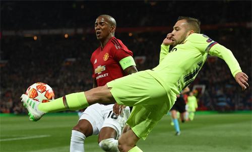 Alba đối đầu với Young (áo đỏ) của Man Utd. Ảnh: Reuters