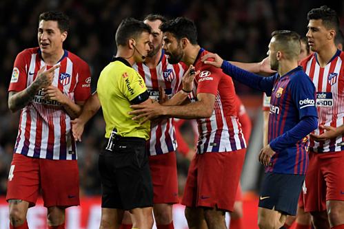 Diego Costa phản ứng với trọng tài ở trận đấu gặp Barca. Ảnh: Reuters.