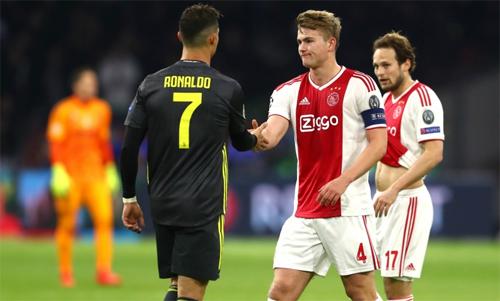 De Ligt bắt tay Ronaldo sau trận lượt đi. Ảnh: Reuters