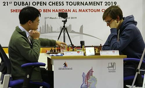 Quang Liêm (trái) về thứ ba giải cờ vua Dubai. Anh bằng điểm nhà vô địch (bảy điểm) nhưng kém chỉ số phụ.