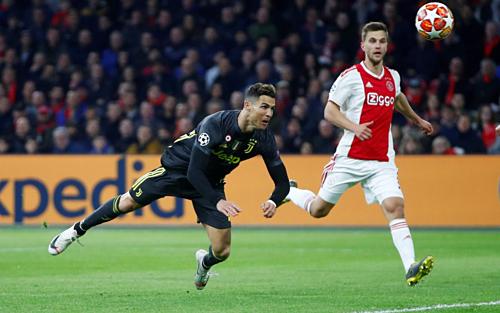 Ronaldo đánh đầu ghi bàn vào lưới Ajax. Ảnh: Reuters.