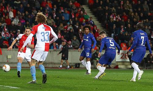 Ít phút trước bàn duy nhất của Alonso, Jorginho đưa được bóng vào lưới chủ nhà nhưng không được công nhận bởi Giroud đã việt vị. Ảnh: BPI.