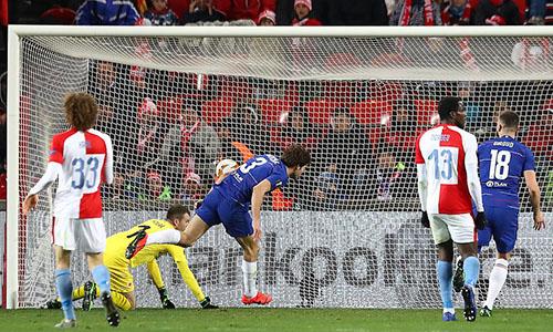 Alonso (số 3) giúp Chelsea đặt một chân vào bán kết Europa League. Ảnh: AP.