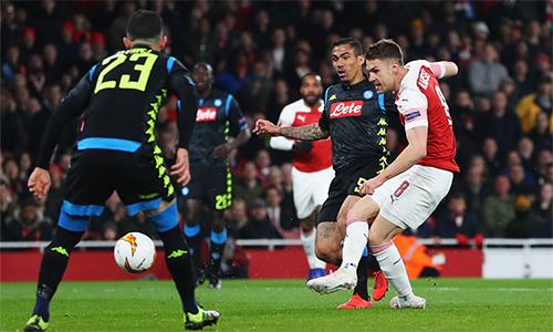 Ramsey (số 8) trong tình huống ra chân, mở tỷ số trận đấu.