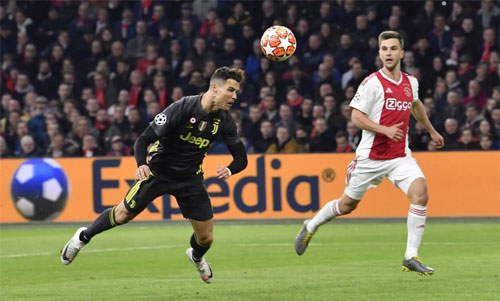 Ronaldo ghi bàn trong trận hòa Ajax 1-1. Ảnh: Reuters