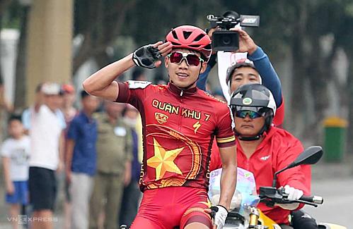 Huỳnh Thanh Tùng vui mừng khi là người chiến thắng đầu tiên của cuộc đua danh giá năm nay. Ảnh: Đức Đồng.