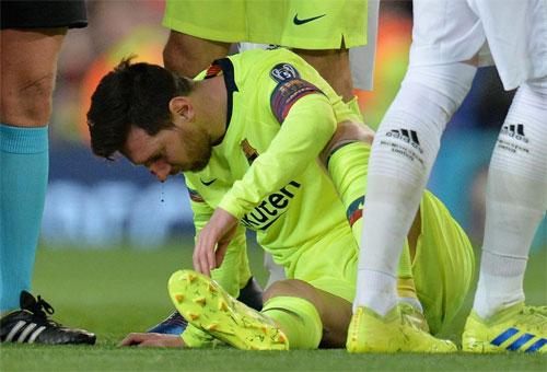 Messi đổ máu sau cú vung tay của Smalling. Ảnh: Reuters