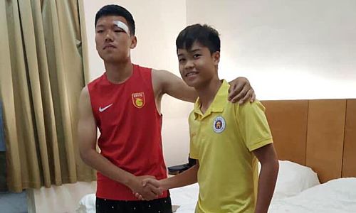 Trịnh Hạo Khôn (trái) bắt tay làm hòa với Đức Anh.