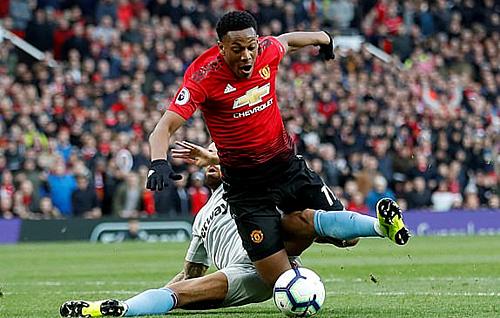Martial bị phạm lỗi từ phía sau, mang về quả phạt đền thứ hai cho Man Utd. Ảnh: Reuters.