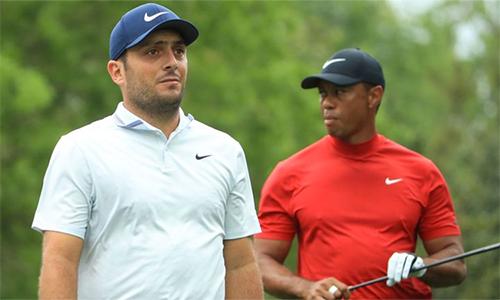 Molinari (trái) có lúc khiến Woods lo lắng, nhưng golfer Italy không duy trì được phong độ ở nửa sau vòng. Ảnh: Sky.