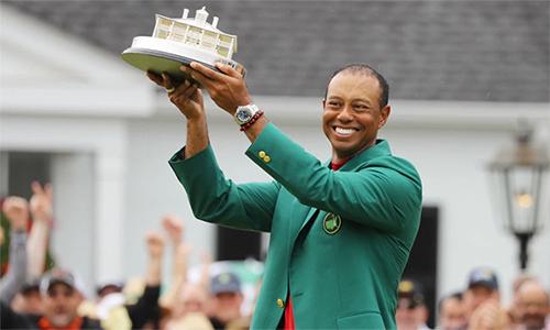 Woods khoác chiếc Áo Xanh lần thứ năm tại Masters. Ảnh: Reuters.