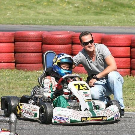 Michael Schumacher và con trai Mick trên đường đua Go-kart.