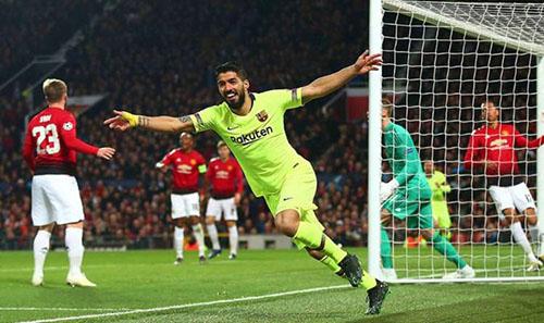 Cú đánh đầu từ góc hẹp của Suarez đưa bóng chạm vai Luke Shaw giúp Barca thắng 1-0 lượt đi. Ảnh: Reuters.