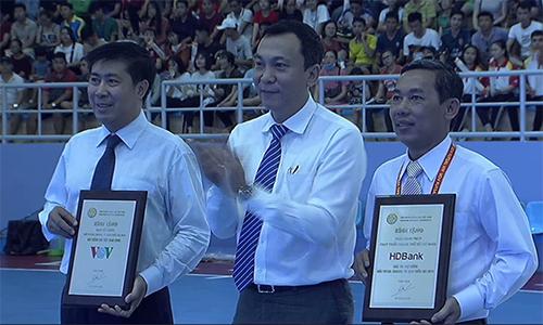 Đại diện nhà tài trợ HDBank (trái) vàVOV (phải) nhận kỷ niệm chương từ Phó Chủ tịch VFF Trần Quốc Tuấn.