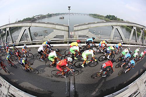 Các tay đua thực hiện 20 vòng quanh hai chiếc cầu Tràng Tiền và Phú Xuân bắc qua sông Hương, Huế. Ảnh: Đức Đồng.
