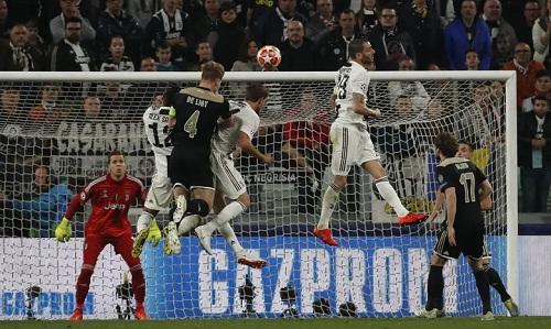 De Ligt đánh bại Alex Sandro và Daniele Rugani khi ghi bàn thắng quyết định. Ảnh: AP.