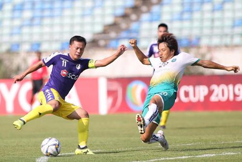 Hà Nội gặp nhiều khó khăn trong hiệp một khi thi đấu dưới thời tiết nắng nóng, gần 40 độ C. Ảnh: Lâm Thỏa