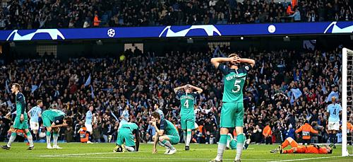 Các cầu thủ Tottenham đã lặng người nhìn Man City ăn mừng...