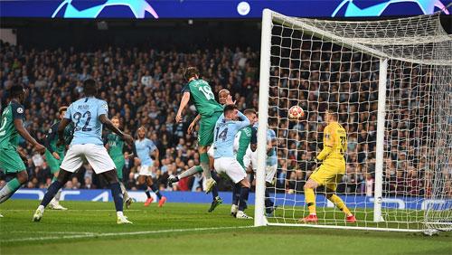 Bàn thắng ghi bằng hông của Llorente giúp Tottenham đi tiếp.