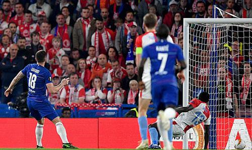 Giroud dễ dàng đưa bóng vào lưới trống, nâng tỷ số lên 3-0. Ảnh: PA.