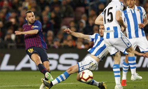Alba gây ngạc nhiên với pha dứt điểm chân phải chính xác. Ảnh: MD