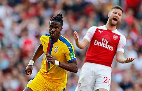 Hàng thủ tồi tệ, đặc biệt là sai lầm của Mustafi (đỏ trắng), khiến Arsenal nhận thất bại lần này. Ảnh: Reuters.