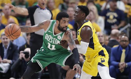Irving (xanh) góp công giúp Celtics có lần thứ hai thắng 4-0 tại play-off trong 32 năm qua. Ảnh: AP.