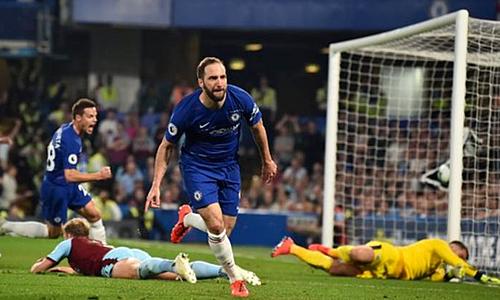 Higuain đưa Chelsea dẫn trước nhưng không thể giành trọn chiến thắng. Ảnh:AFP.
