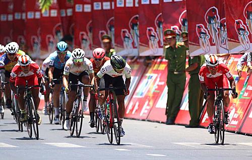 Lê Văn Duẩn (1) bị Thành Tâm (81) ép dạt sang lề đường khi rút về đích..
