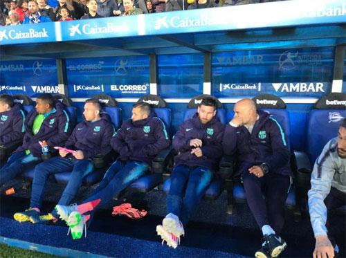 Nhiều trụ cột của Barca đều ngồi ngoài.