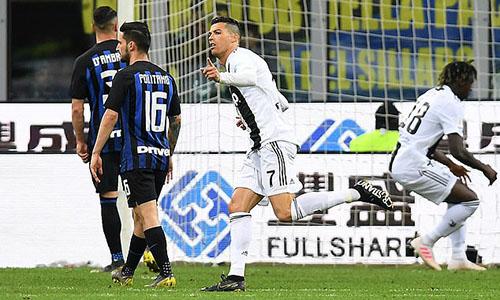 Ronaldo (số 7) có bàn thứ 20 tại Serie A. Ảnh: Reuters.