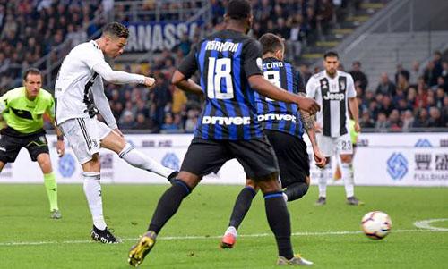 Cú dứt điểm thành bàn của Ronaldo. Ảnh: Reuters.