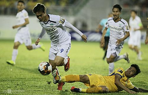 Văn Toàn (9) chơi xông xáo, góp công lớn trong các bàn thắng nhưng hàng thủ mắc sai sót khiến đội nhà bị chia điểm. Ảnh: Hữu Linh.