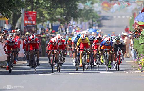 Các tay đua TP HCM nắm thế chủ động trong chặng đua áp chót của giải. Ảnh: Phạm Huy.