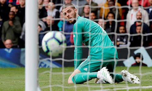 De Gea bất lực nhìn bóng bay vào lưới sau sai lầm. Ảnh: Reuters.