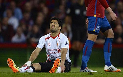 Suarez không kìm được nước mắt khi Liverpool đánh rơi chức vô địch mùa 2013-2014. Ảnh: Reuters.