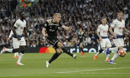 Van de Beek tỏ ra là một ngòi nổrất nguy hiểm của Ajax. Ảnh: Guardian.