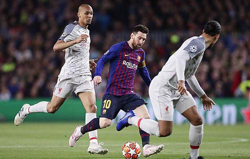 Fabinho (trái) luôn theo sát Messi mỗi khi đội trưởng Barca nhận bóng. Ảnh: AP.