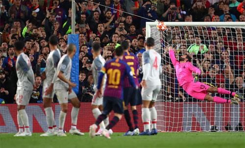 Thủ môn Alisson không thể đẩy bóng cứu thua dù cự ly sút gần 30 m. Ảnh: Reuters