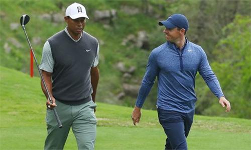 McIlroy (phải) tin rằng đàn anh Tiger Woods sẽ xô đổ những kỷ lục danh giá nhất của làng golf. Ảnh: Yahoo.