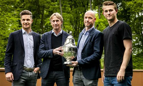 HLV, thủ quân hai đội Ajax và Willem II trước trận chung kết. Ảnh: AD