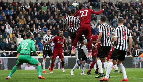 Origi (số 27)đánh đầu ghi bàn quyết định. Đây là bàn thắng thứ 12 của Liverpool được thực hiện bởi cầu thủ vào sân thay người - thống kê cao nhất giải. Ảnh: Reuters.
