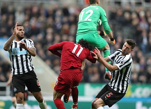 Tình huống Salah (số 11)va chạm với thủ môn Newcastle. Ảnh: Reuters.