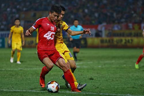 Đinh Thanh Bình (số 98) và đồng đội bỏ lỡ nhiều cơ hội và chia điểm với SLNA.